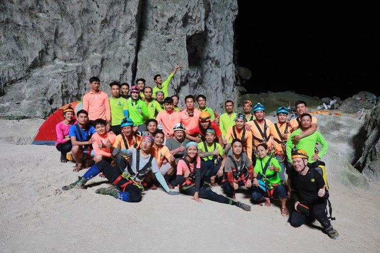 miss universe beauty takes part in epic son doong cave tour hinh 1