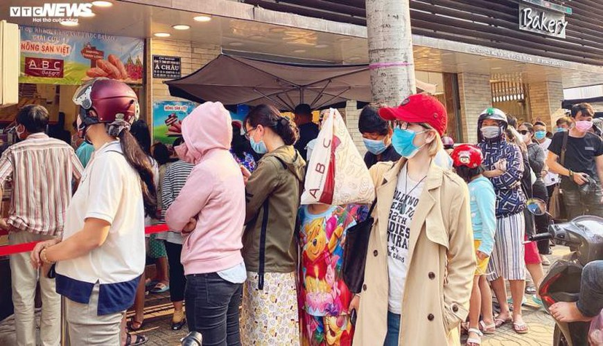 long queues form in hcm city as residents wait to buy dragon fruit bread hinh 10