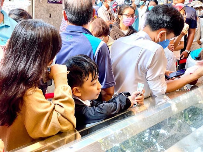 long queues form in hcm city as residents wait to buy dragon fruit bread hinh 11
