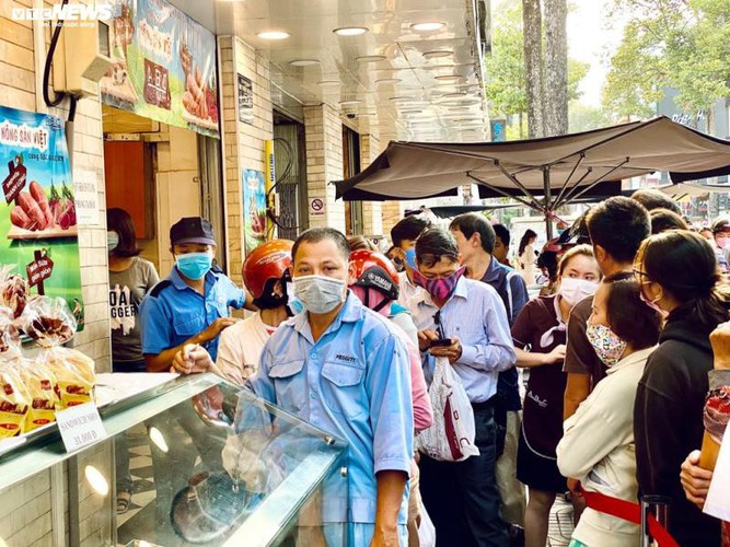 long queues form in hcm city as residents wait to buy dragon fruit bread hinh 2