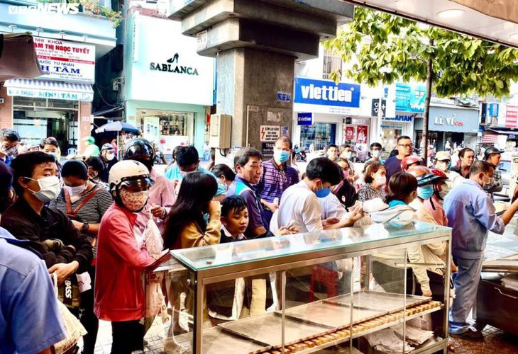 long queues form in hcm city as residents wait to buy dragon fruit bread hinh 3