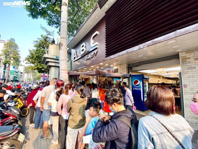 long queues form in hcm city as residents wait to buy dragon fruit bread hinh 4