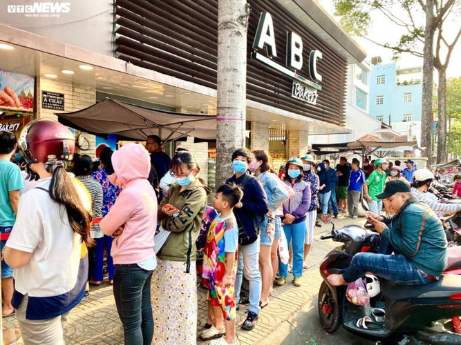 long queues form in hcm city as residents wait to buy dragon fruit bread hinh 5