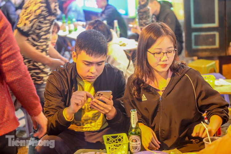 return of foreign tourists breathes energy back into ta hien street hinh 10