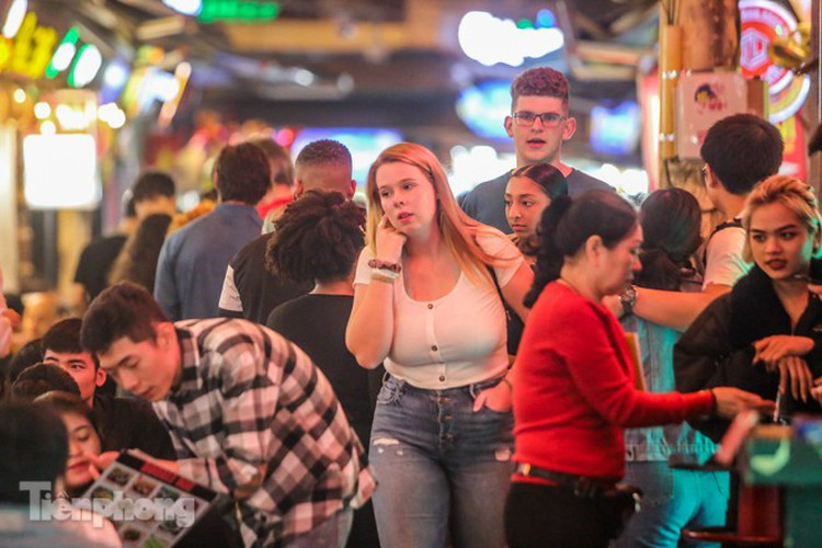 return of foreign tourists breathes energy back into ta hien street hinh 11