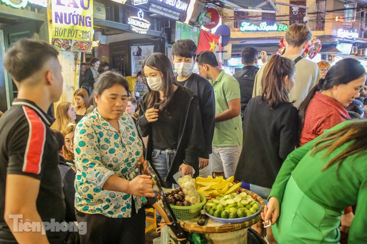 return of foreign tourists breathes energy back into ta hien street hinh 12