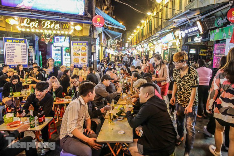 return of foreign tourists breathes energy back into ta hien street hinh 1