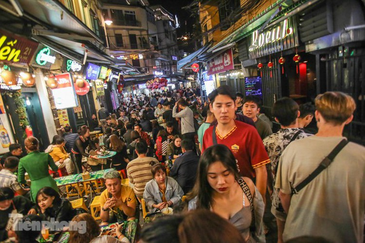 return of foreign tourists breathes energy back into ta hien street hinh 2