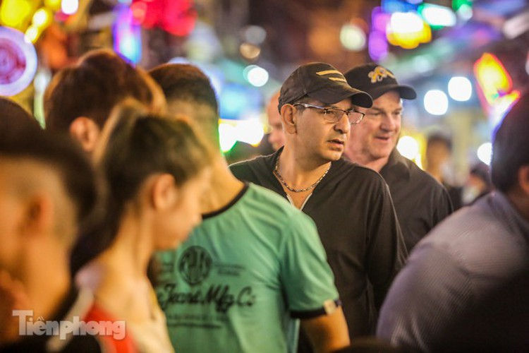 return of foreign tourists breathes energy back into ta hien street hinh 3