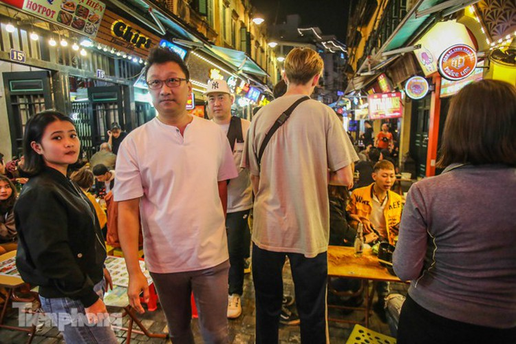 return of foreign tourists breathes energy back into ta hien street hinh 4
