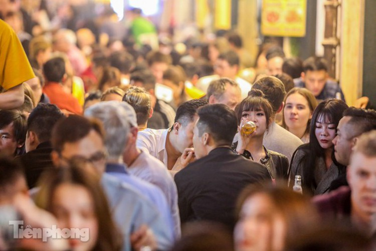 return of foreign tourists breathes energy back into ta hien street hinh 5