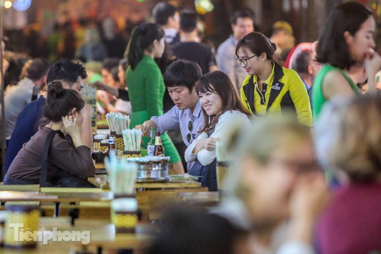 return of foreign tourists breathes energy back into ta hien street hinh 6