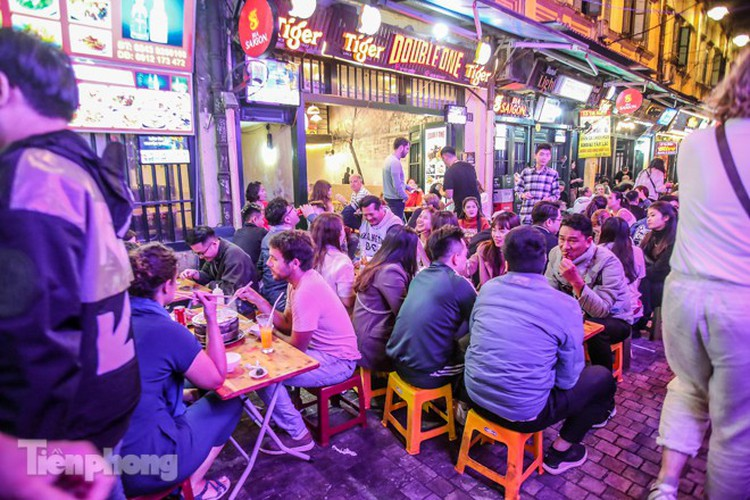 return of foreign tourists breathes energy back into ta hien street hinh 7