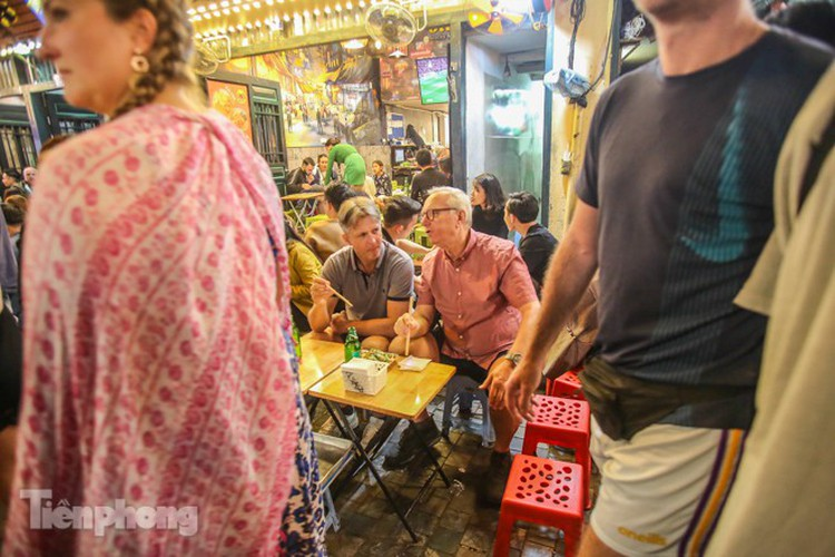 return of foreign tourists breathes energy back into ta hien street hinh 8
