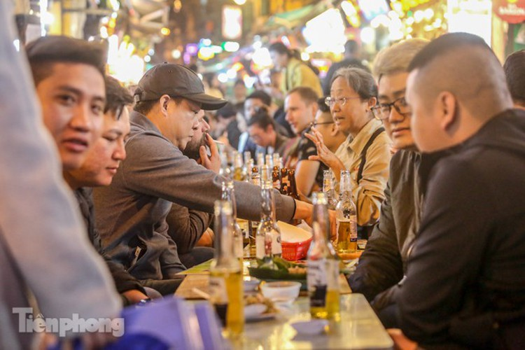 return of foreign tourists breathes energy back into ta hien street hinh 9