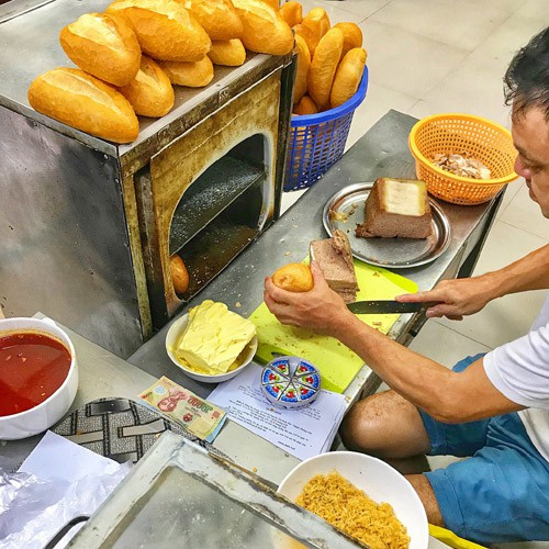 popular banh mi shops located through old quarter in hanoi hinh 6