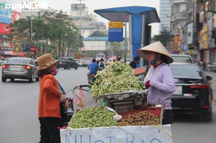 people across hanoi enjoy fresh scent of grapefruit flowers hinh 2