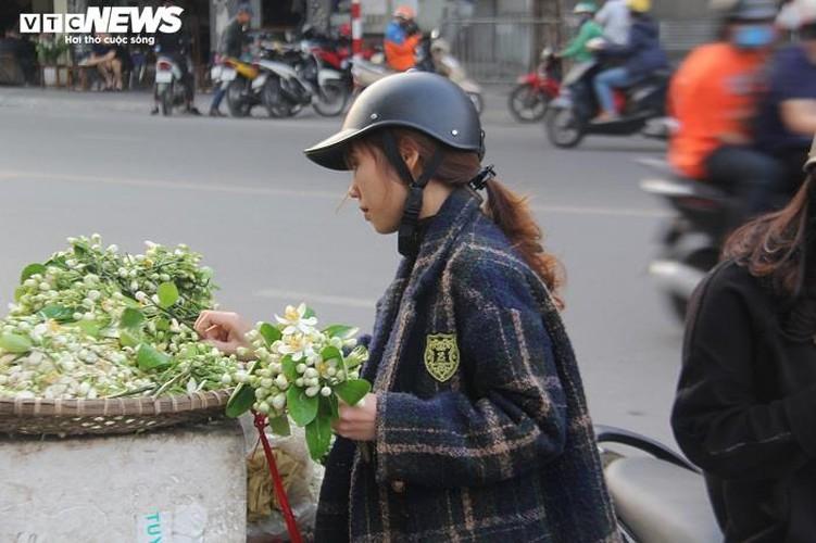 people across hanoi enjoy fresh scent of grapefruit flowers hinh 6