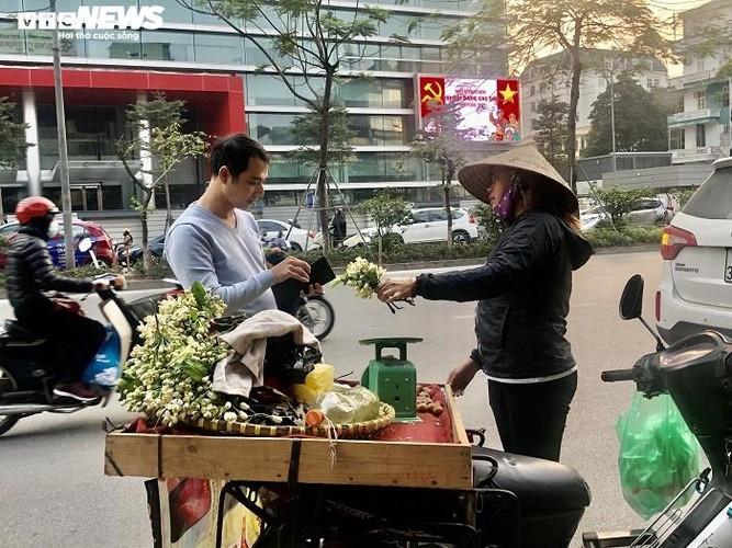 people across hanoi enjoy fresh scent of grapefruit flowers hinh 7