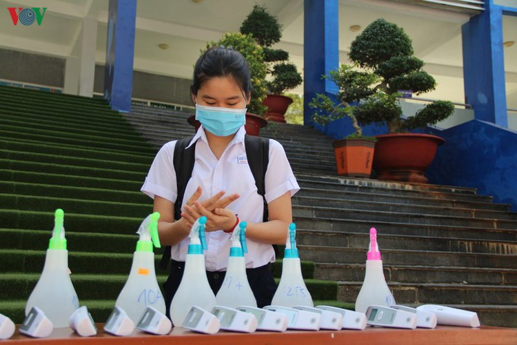 high-school students return after long break caused by covid-19 fears hinh 9