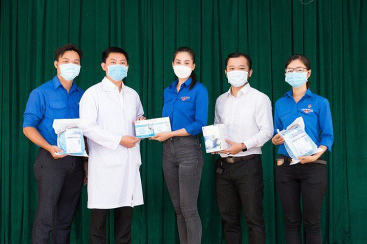 vietnamese celebrities donate vnd25 billion for covid-19 combat hinh 1