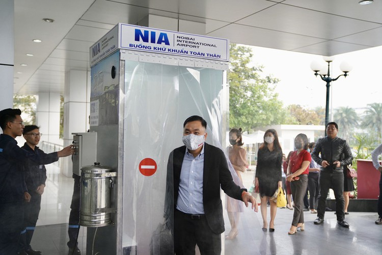 noi bai airport now equipped with mobile disinfection chamber hinh 6