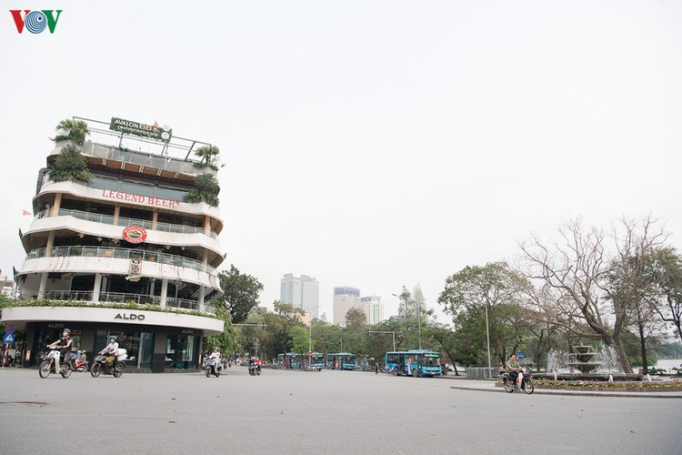 hanoi streets left deserted after business closures hinh 1