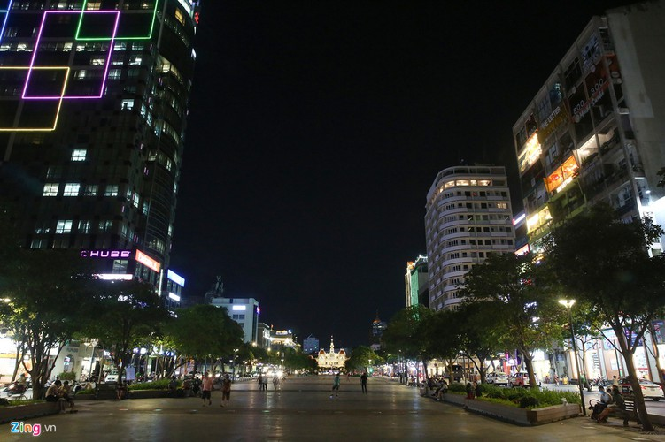 streets fall quiet in hcm city as businesses close hinh 12