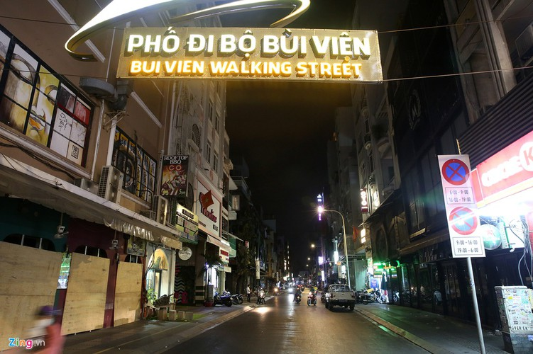 streets fall quiet in hcm city as businesses close hinh 14