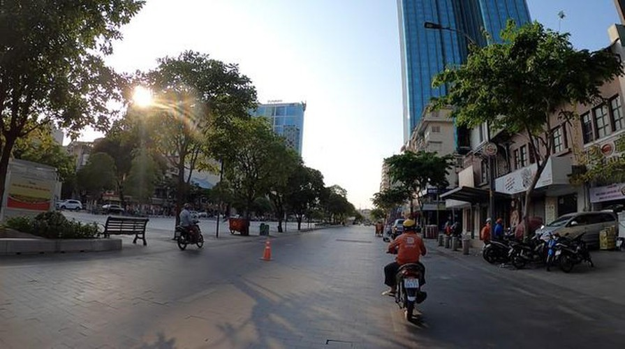 streets fall quiet in hcm city as businesses close hinh 3
