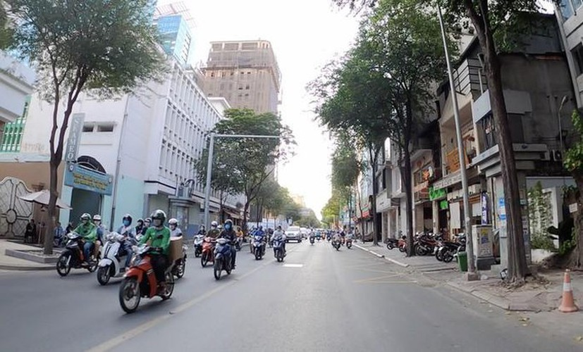streets fall quiet in hcm city as businesses close hinh 5