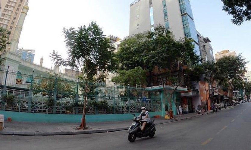 streets fall quiet in hcm city as businesses close hinh 7