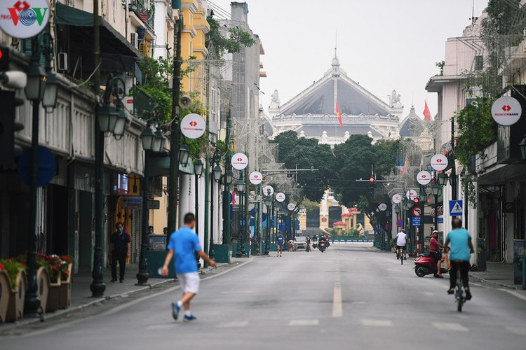 hanoi streets fall silent ahead of official closure of businesses hinh 9