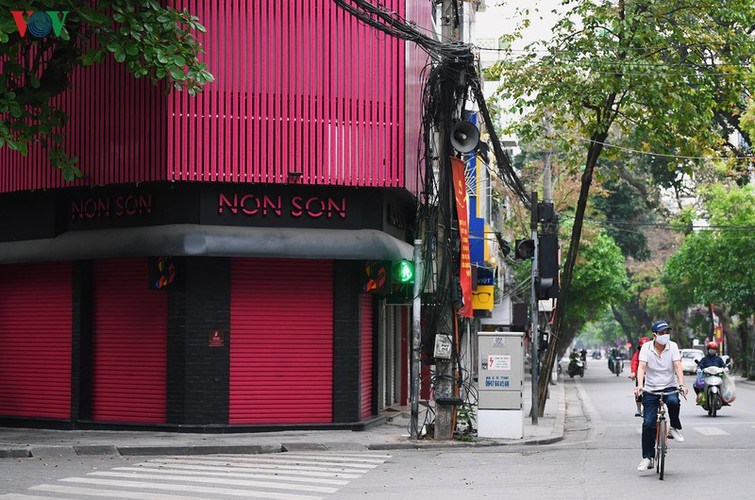 hanoi streets fall silent ahead of official closure of businesses hinh 2