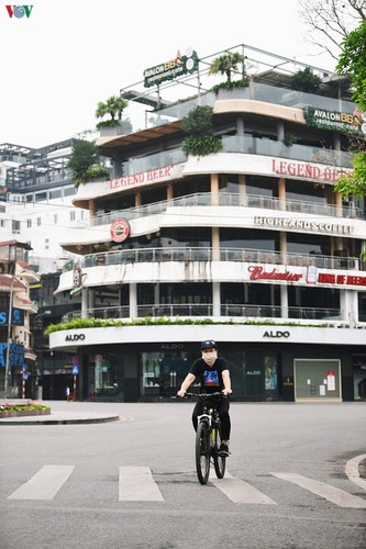 hanoi streets fall silent ahead of official closure of businesses hinh 7