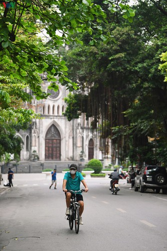 hanoi streets fall silent ahead of official closure of businesses hinh 8