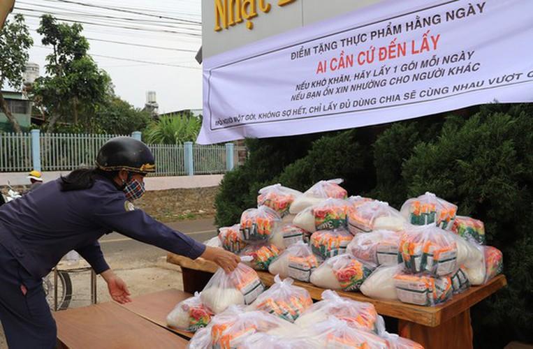 heartfelt images reveal national struggle against covid-19 hinh 2