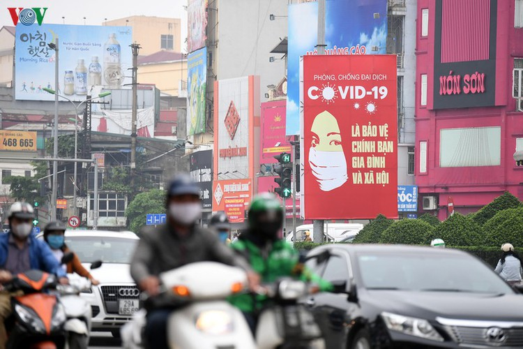 streets of hanoi filled with informative messages to aid fight against covid-19 hinh 2