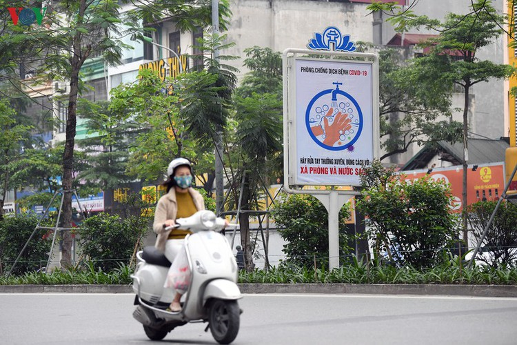 streets of hanoi filled with informative messages to aid fight against covid-19 hinh 6