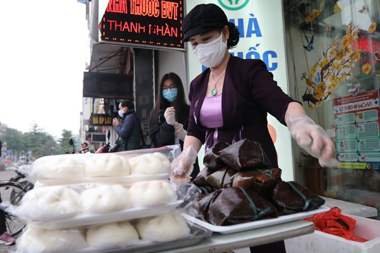 free bread, dumplings offered to deprived people in covid-19 fight hinh 4