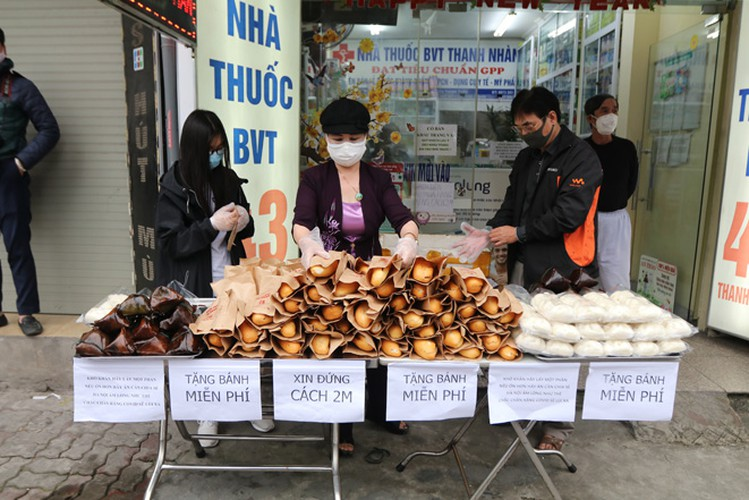 free bread, dumplings offered to deprived people in covid-19 fight hinh 5