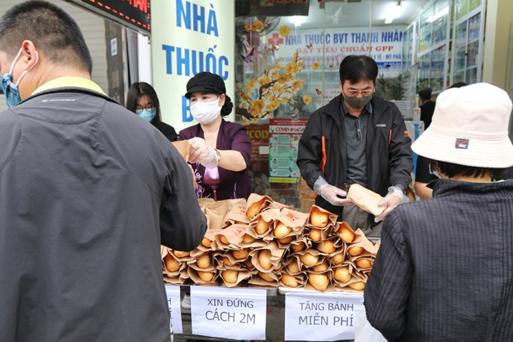 free bread, dumplings offered to deprived people in covid-19 fight hinh 6