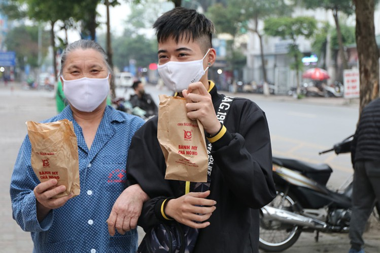 free bread, dumplings offered to deprived people in covid-19 fight hinh 7