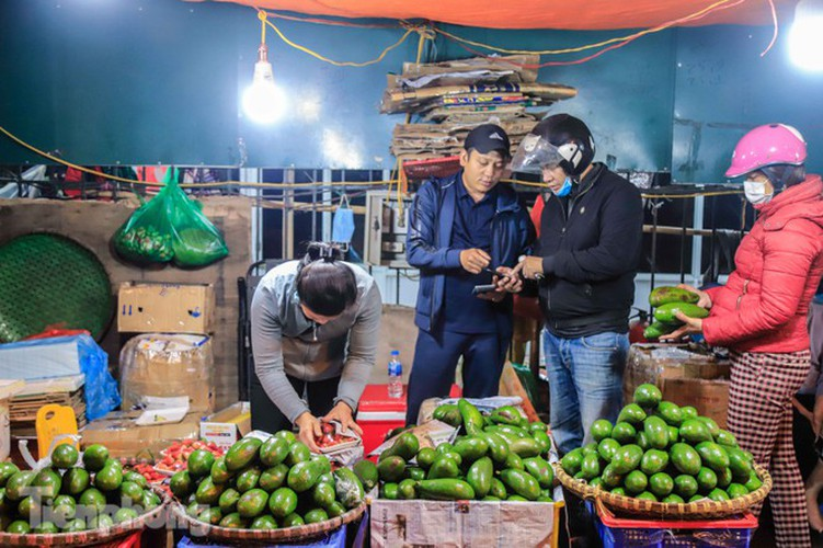 covid-19: post-restriction night markets open again in hanoi hinh 5