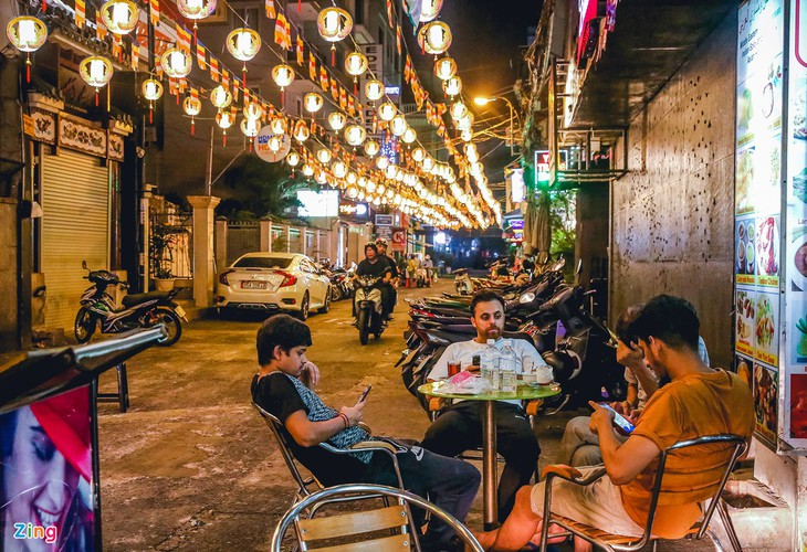 bui vien walking street remains deserted after re-opening hinh 11
