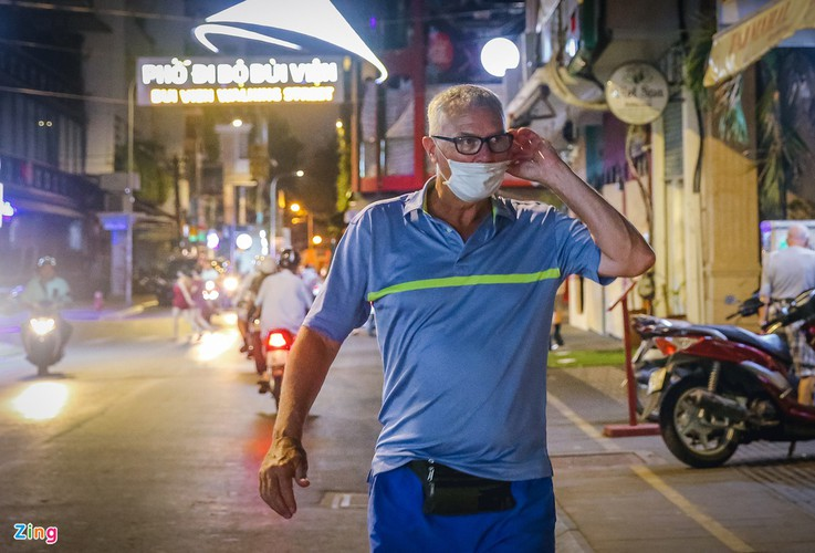 bui vien walking street remains deserted after re-opening hinh 1