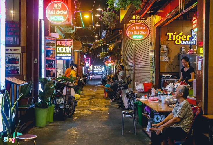 bui vien walking street remains deserted after re-opening hinh 6