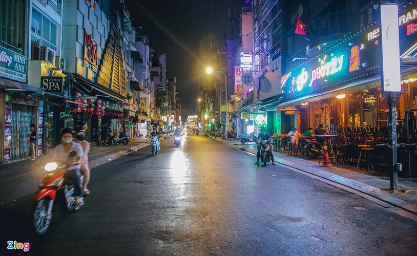 bui vien walking street remains deserted after re-opening hinh 8