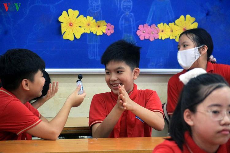 kindergarten, primary school pupils head back to school in hanoi hinh 9