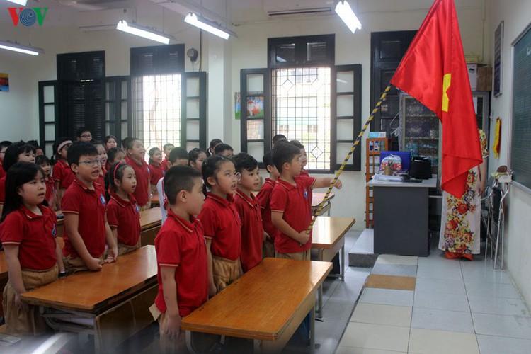 kindergarten, primary school pupils head back to school in hanoi hinh 10